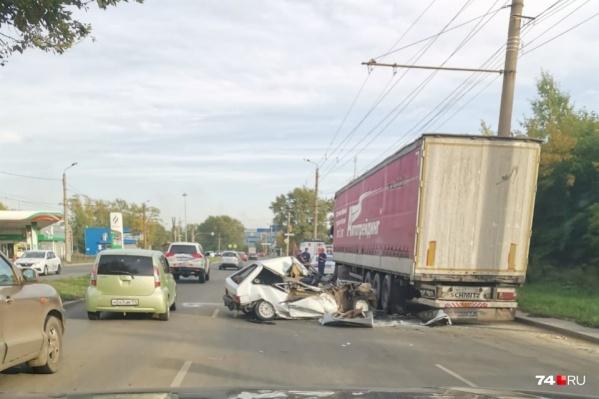 Водитель ВАЗа влетел в фуру на Копейском шоссе, в результате погибла его 20-летняя спутница