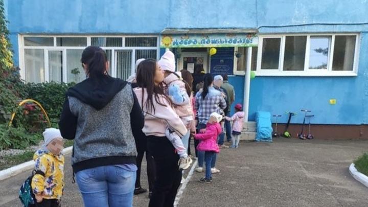 Не сдавали деньги — стойте: в Уфе малышей не впускали в детский сад больше часа, держа их на холоде