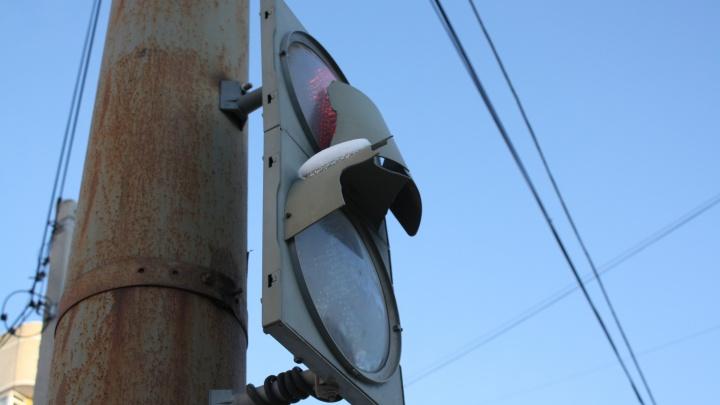 Убытков на миллионы: в мэрии рассказали, как в Екатеринбурге портят знаки и светофоры