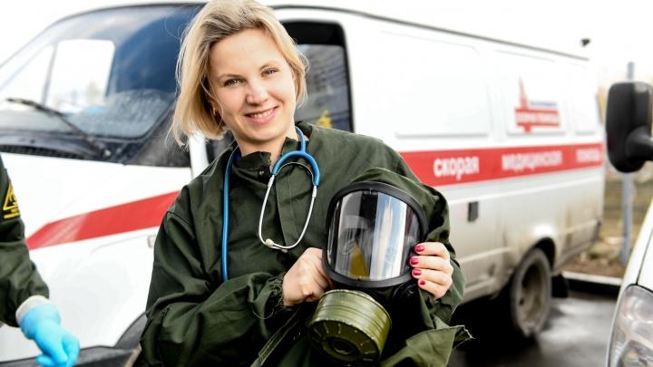 «Что вы, уроды, приехали в этих костюмах?»: врач скорой рассказала о работе во время пандемии