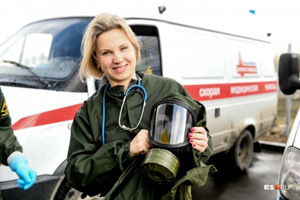 По словам Полины, особенно тяжело облачаться в защитное обмундирование, когда на улице дождь