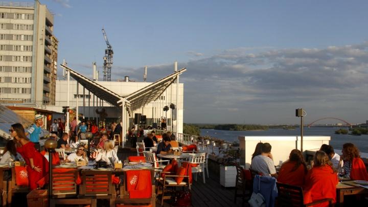 «Бронируют уже следующую неделю»: новосибирцы ринулись занимать места на летниках баров и кафе