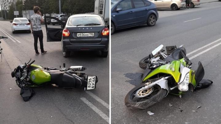 На ВИЗе парень на Lada устроил ДТП, в котором пострадала байкерша