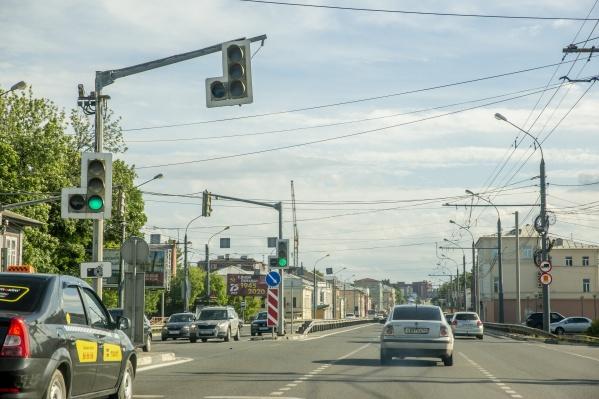 Асфальт провалился на перекрёстке Московского проспекта и улицы Малой Пролетарской