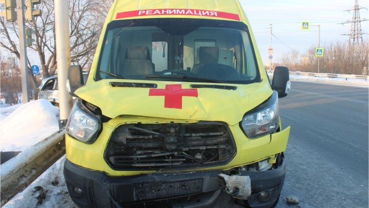 В Кургане женщина за рулем кроссовера врезалась в машину скорой помощи