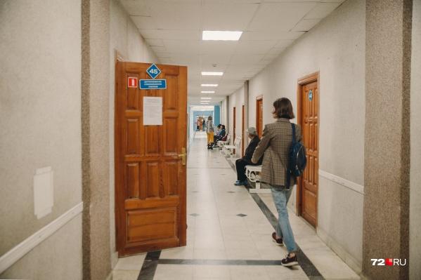 Тест на ВИЧ в муниципальных больницах сдается бесплатно и анонимно. За анализ в частных клиниках нужно заплатить