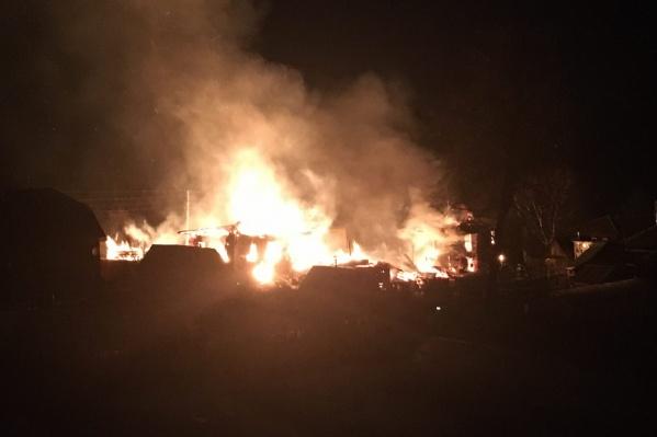Огнем были охвачены два дома, пожар чуть не перекинулся на соседние здания