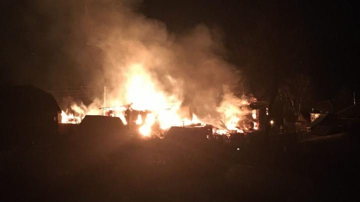 В Добрянке прохожие поймали женщину, выпрыгнувшую из окна горящего дома