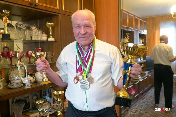 Валентин Брагин с наградами