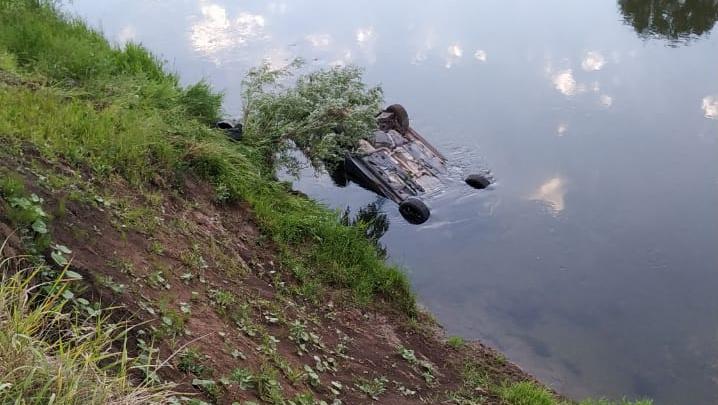 В Уфимку с обрыва упал автомобиль