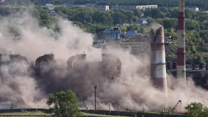 В Челябинской области взорвали две огромные производственные трубы обанкротившегося завода