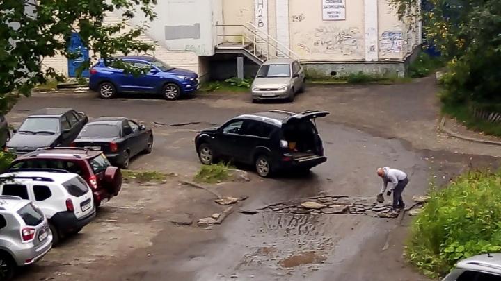 Дорога в кратерах: архангелогородец сам отремонтировал ямы во дворе, не дождавшись властей