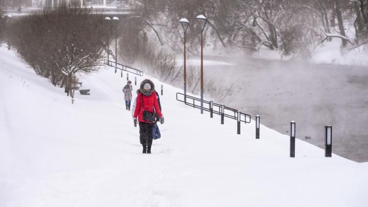 Позаботьтесь о подходящей обуви и смотрите под ноги: МЧС предупредило о метелях и снегопадах