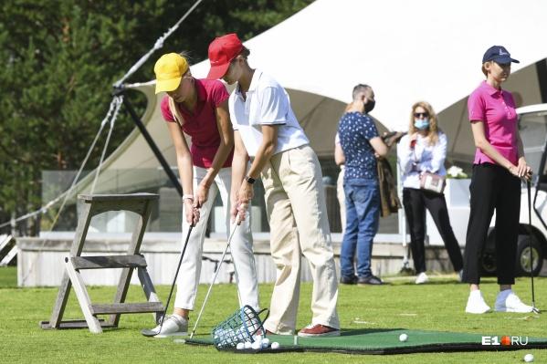 Участниц увезли в гольф-клуб, чтобы они научились правильно одеваться и вести себя, освоив при этом хотя бы азы этого элегантного спорта