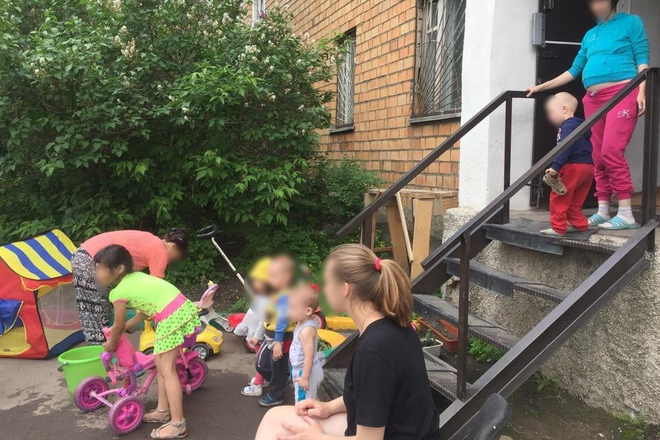 Дети не гуляют в общем дворе, а только на маленьком пятачке у фонда