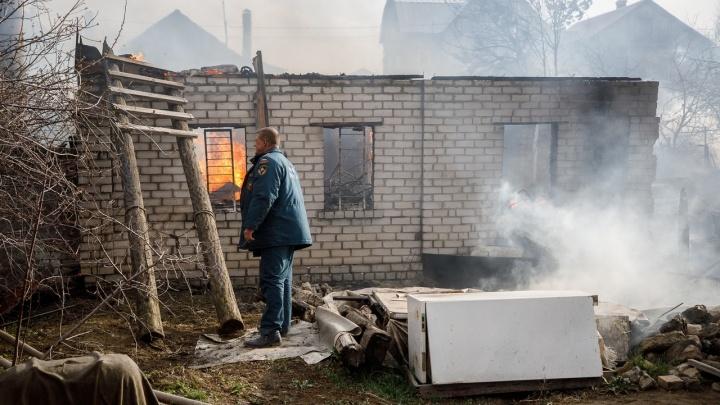 «Видели, мальчишки в балку спускались»: в Волгограде страшный пожар уничтожил пять жилых домов