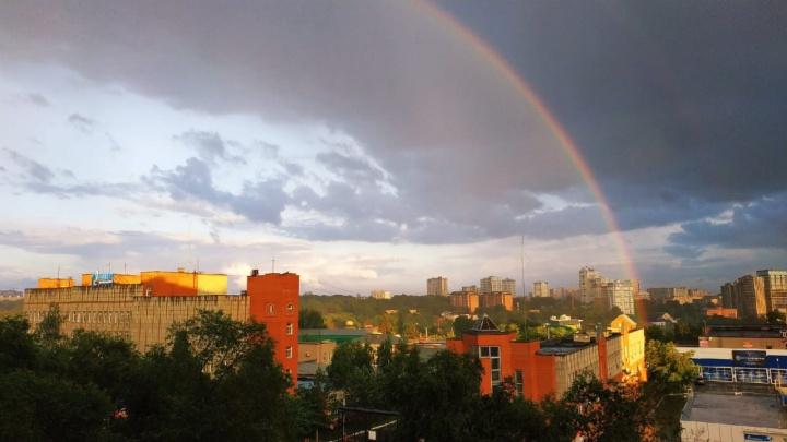 Разноцветное небо: в Новосибирске после дождя появилась удивительная двойная радуга