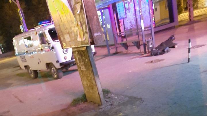 «Ушел из дома без телефона, двери не закрыл»: родственники — о смерти мужчины на остановке на Уралмаше
