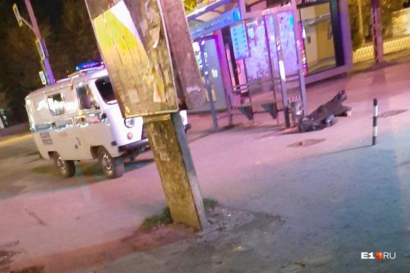Полиция установила личность мужчины, труп которого нашли на остановке на Уралмаше