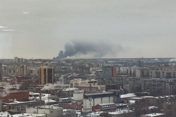Черный дым хорошо видно и из центра города, и с Северо-Запада