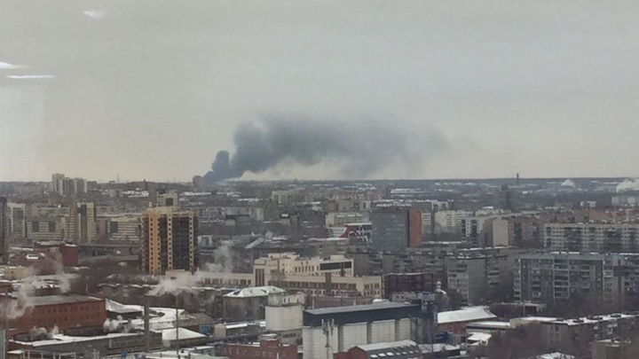 В промзоне Челябинска произошел пожар, очевидцы слышали взрывы