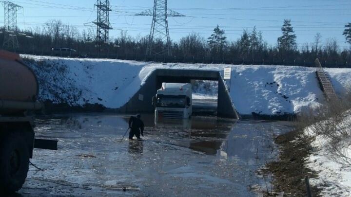 Под Самарой водолазы доставали из огромной лужи грузовик