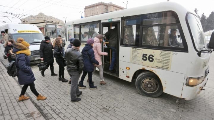 Челябинская школьница сломала руку, упав в маршрутке. Водитель высадил девочку и уехал