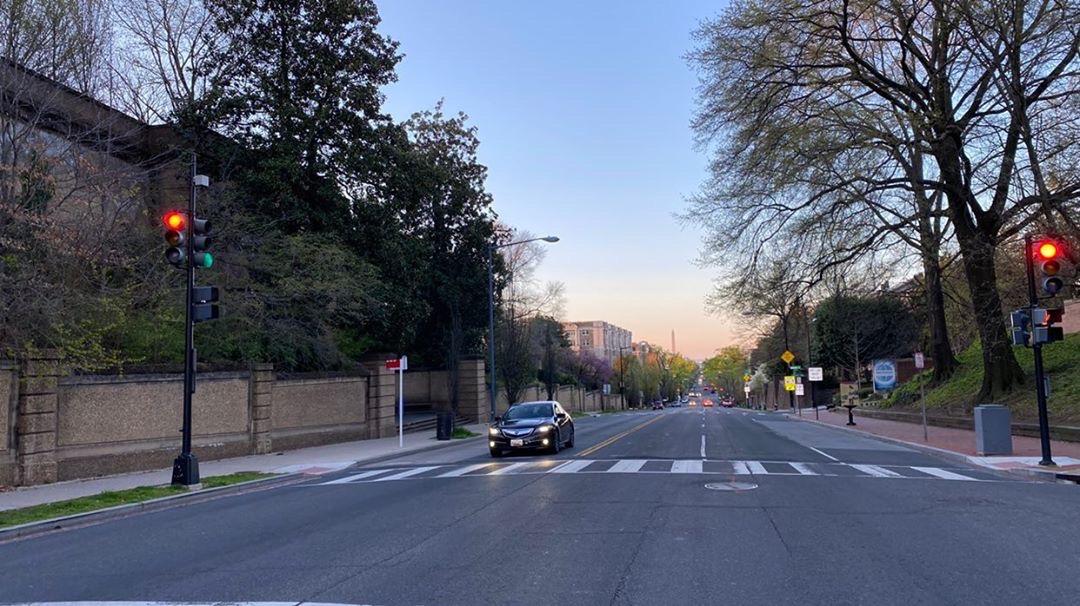 Обычно в этой части Вашингтона всё забито машинами, плотный поток автомобилей и пробки