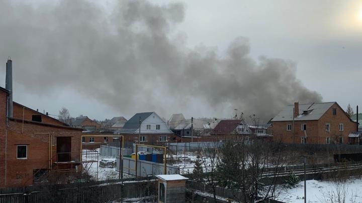 В районе Метелёва в Тюмени одновременно загорелись три дома. Есть пострадавшие