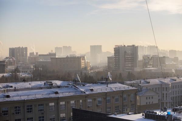 В городе сейчас нет ветра, поэтому выхлопы и дым остаются на месте