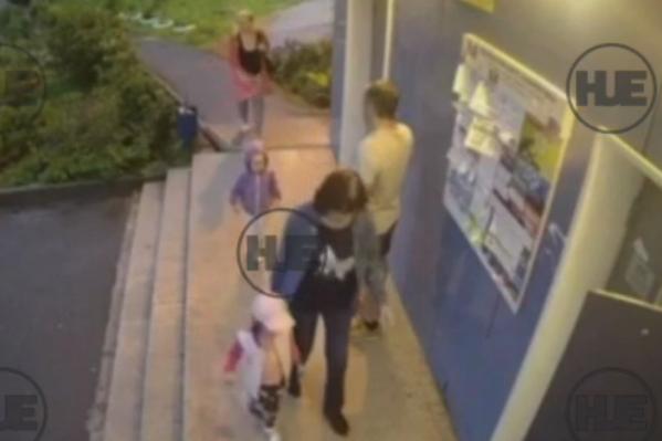 Позже в сети появилось видео, как вся компания заходит в дом. На заднем фоне идет бабушка, перед ней ее внучка