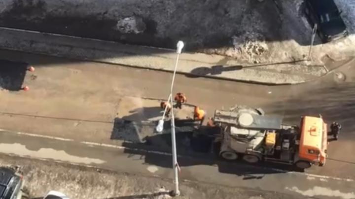 В Самаре дорожные рабочие уложили новый асфальт в лужу