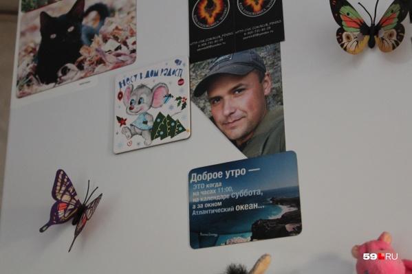 Фото Николая Смирнова на холодильнике в доме матери