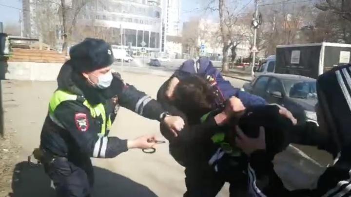 «У меня отец — майор»: видео нападения подростка-угонщика на полицейского в Самаре