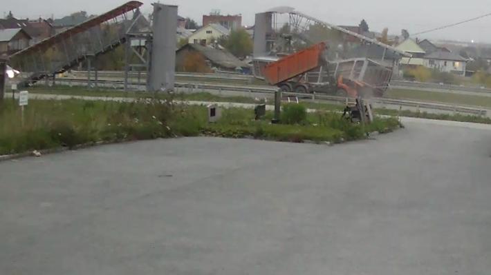 Камера видеонаблюдения сняла, как самосвал снес пешеходный мост на Челябинском тракте