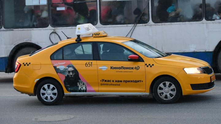 В Екатеринбурге водитель такси высадила ребенка-инвалида из машины