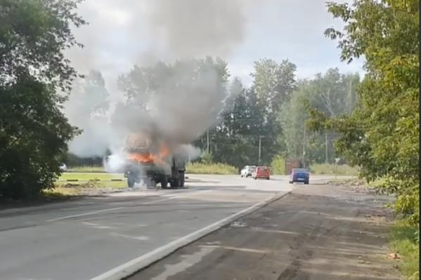 Большегруз загорелся возле поворота на городскую свалку