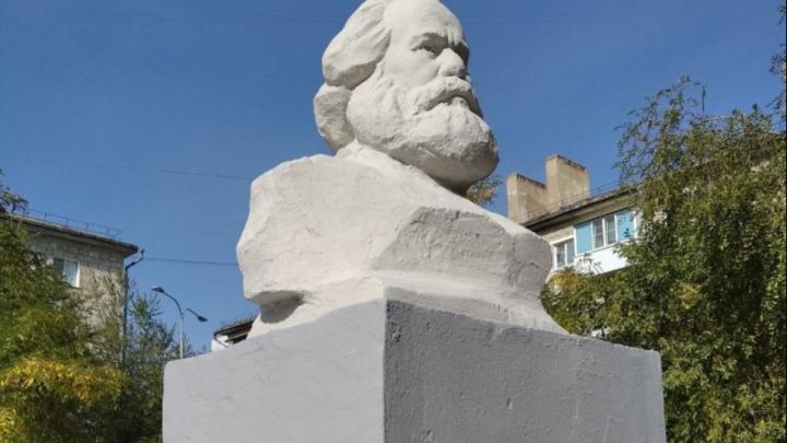 «Мы починили Маркса»: во дворе на севере Волгограда отремонтировали полуразрушенный бюст автора «Капитала»