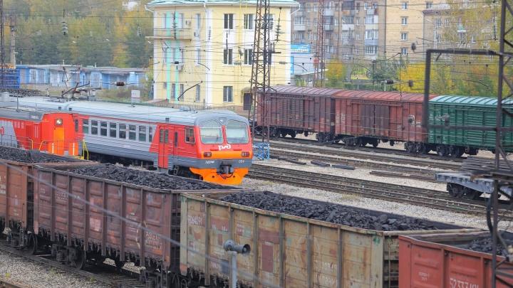 «Выскочил перед поездом»: велосипедиста в наушниках сбило локомотивом