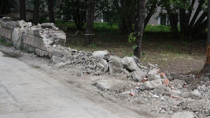 «Это остатки свердловской старины»: в сквере на Шейнкмана снесли историческую ограду