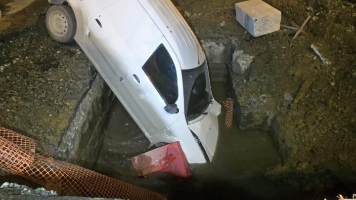 Машина в аренде, водитель сбежал: на Вторчермете фургон с едой для врачей вылетел в яму с водой