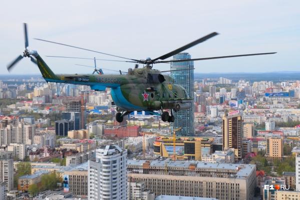 Вертолеты кружат над разными районами Екатеринбурга
