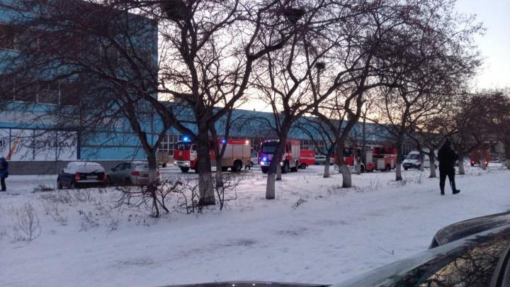 «Пламя вырвалось в виде факела»: в автосалоне на Северо-Западе Челябинска произошел пожар