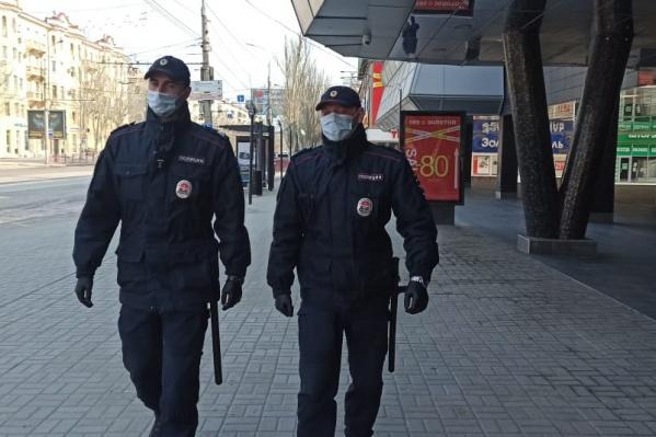 Полицейские разъясняют волгоградцам об их правах и советуют оставаться дома