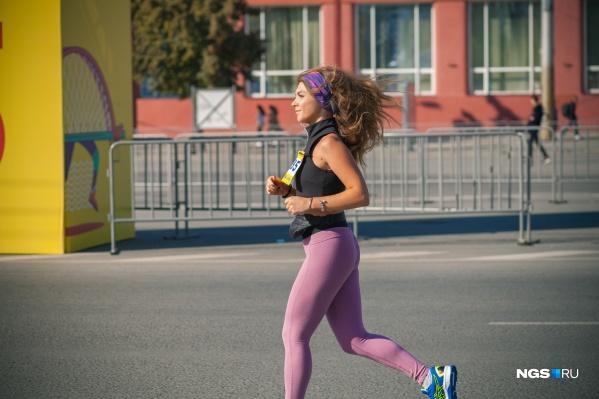По лицам некоторых девушек трудно сказать, что они участвуют в таком сложном забеге