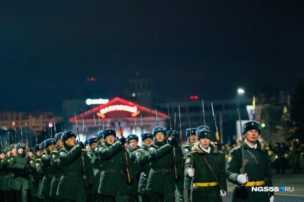 Вечером 21 февраля по центру Омска маршировали военные. Всё в порядке: это была репетиция праздничного парада
