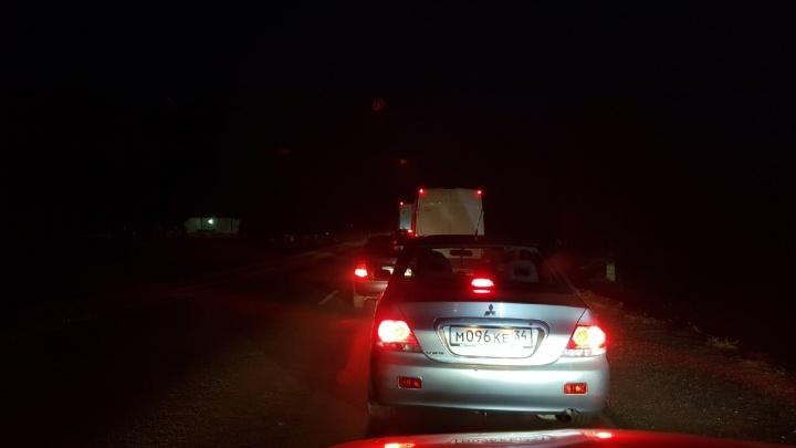 «Сколько там дубов нужно вырубить?»: на дороге под Волгоградом образовалась пробка в пять километров