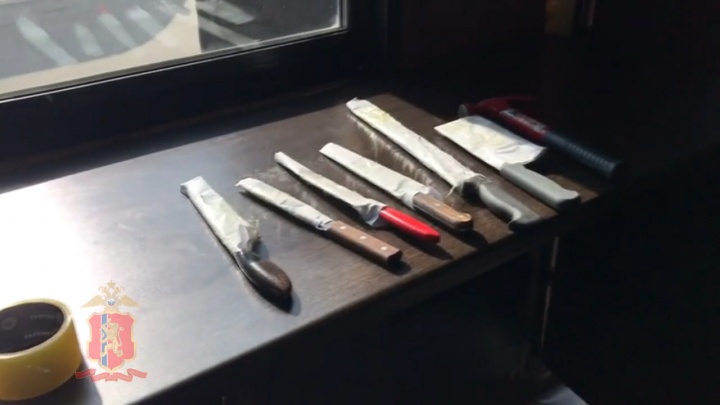 Ножи, пневматика и одежда в крови: в квартирах участников массовой драки в Норильске провели обыски