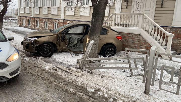 Иномарку на летней резине выбросило в дерево в центре Тюмени. Пострадал водитель