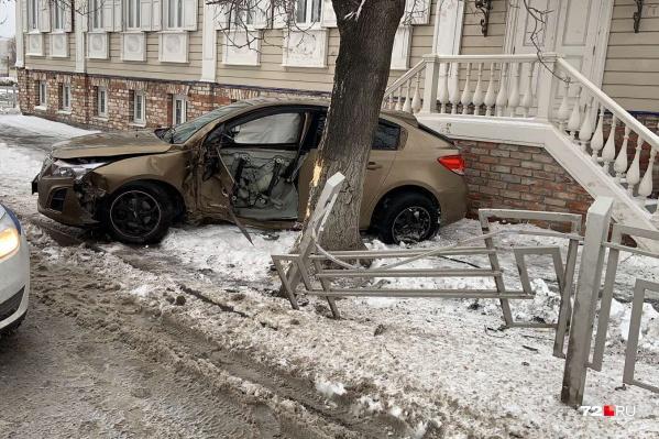 Авария произошла днем на Челюскинцев. Напротив находится представительство Ямало-Ненецкого автономного округа